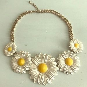 Daisy statement neclace
